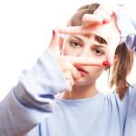 """<a href=""""http://it.freepik.com/foto-gratuito/ragazza-seria-facendo-una-cornice-con-le-dita_912530.htm"""">Disegnato da Freepik</a>"""