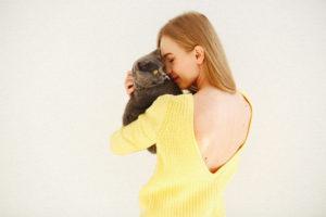 <a href='https://it.freepik.com/foto-gratuito/la-signora-in-abito-giallo-con-la-schiena-aperta-tiene-il-gatto-grigio-sulla-spalla_1119599.htm'>Designed by V.ivash</a>